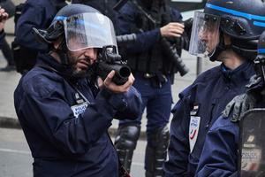 Un policier vise avec un lanceur de balles de défense, le 9 mars, à Lyon.