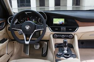 Berline hautement connectée, la Giulia dispose de commandes centralisées <br/>dans un grand écran à l'intérieur duquel on navigue via un bouton rotatif.