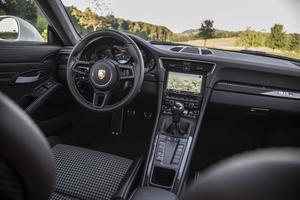 L'intérieur de la 911 R se distingue par ses baquets garnis de tissu pied-de-poule
