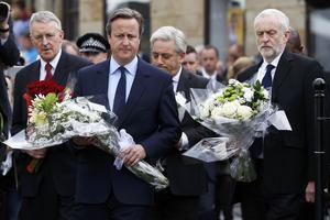 Le premier ministre, David Cameron, et le chef de l'opposition travailliste, Jeremy Corbyn, se sont rendus à Birstall pour rendre hommage à Jo Cox.