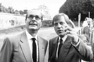 Jacques Chirac, premier ministre et le maire de Berlin Eberhard Diepgen visitant le mur de Berlin le 1er juillet 1987.