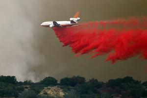 Les pompiers tentent de maîtriser des feux d'une rare intensité (AFP).