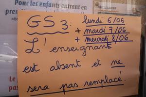 Affiche collée sur une école de Saint-Ouen.