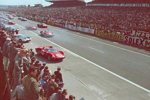 Départ des 24 Heures du Mans 1964.