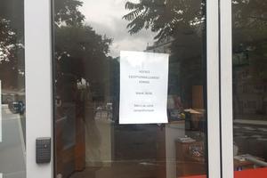 Banque fermée sur le parcours de la manifestation