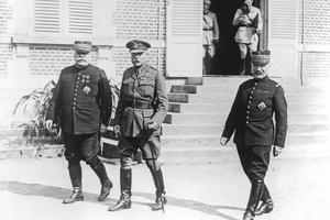 Douglas Haig, chef de l'armée anglaise entouré du général Joseph Joffre et du Maréchal Ferdinand Foch en août 1916.