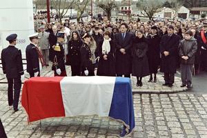 Le cercueil du président François Mitterrand recouvert du drapeau français, le 11 janvier 1996 à Jarnac.