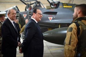 François Hollande avec des militaires français, en Jordanie.
