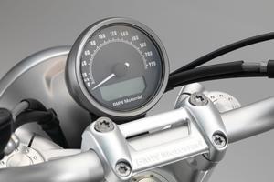Le petit compteur (le compte-tours est l'une des nombreuses options proposées) traduit bien le caractère minimaliste voulu pour cette moto.