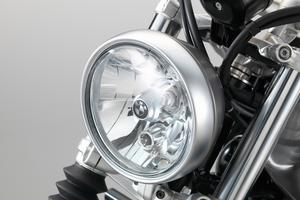 Le phare est un simple «bol». La fourche télescopique comporte des soufflets.