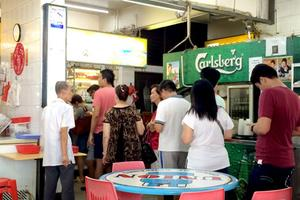 Le restaurant de rue «Hill Street Tai Hwa Pork Noodle» décoré pour la première fois.