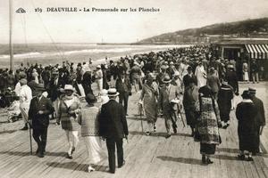 Sur cette carte postale des années 1920, une vue des planches de Deauville.