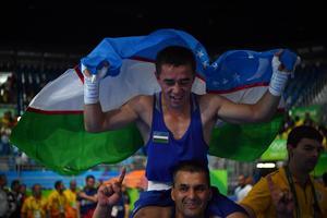 Hasanboy Dusmatov célèbre sa médaille d'or décrochée à Rio.