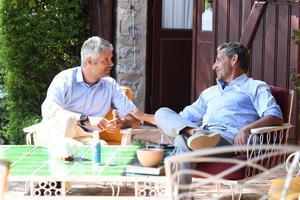 Un président et son successeur au repos, au cap Nègre, Laurent Wauquiez est devenu, mardi, président des Républicains.