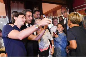 À la sortie d'un restaurant italien lundi où Nicolas Sarkozy a dîné avec se sproches, notamment Eric Woerth, secrétaire général du parti.
