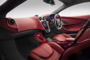 L'ambiance intérieure de la McLaren est bien celle d'une GT de luxe avec son tableau de bord drapé du même cuir que la sellerie.