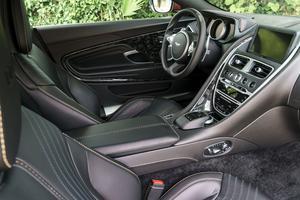 L'intérieur de la DB11 propose un style simple, dépouillé, inscrit dans la tradition d'Aston Martin.