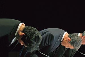 Le 1er mai 2011, Kazuo Hirai (au centre), président de la division jeux chez Sony, présente ses excuses en s'inclinant aprèsle piratage des données des clients du PlayStation Network.