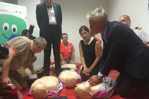 David Ginola et Juliette Méadel participant à un exercice de massage cardiaque.