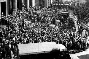 La foule à Paris lors des obsèques de Raimu le 26 septembre 1946 en l'église Saint Philippe du Roule.