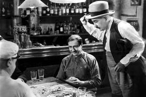 Raimu (assis) et Fernand Charpin (Panisse) dans le film <i>Marius</i> de Marcel Pagnol et Alexander Korda.