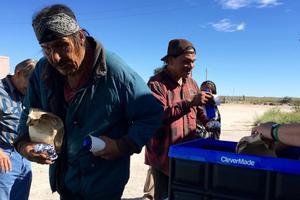 À midi, des membres d'une organisation missionnaire chrétienn eoffrent des sandwichs et des bouteilles d'eau.