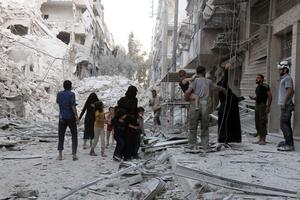 Une famille près des ruines à Alep.