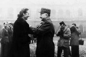 Marie-Claude Vaillant-Couturier recevant les insignes de la Légion d'Honneur le 20 décembre 1945 à Paris.
