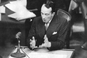 Hartley Shawcross procureur général britannique lors du procès de Nuremberg des grands criminels nazis.
