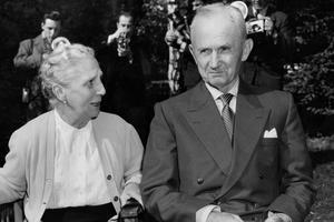 Le grand amiral Karl Dönitz avec sa femme, en octobre 1956 à sa sortie de la prison de Spandau.