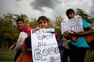 «S'il vous plaît, ouvrez les frontières», est-il écrit sur cette pancarte.