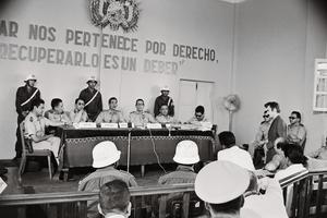 Le tribunal militaire bolivien, à Camiri en 1967. Sur le mur, le slogan: «La mer nous appartient de droit, la récupérer est un devoir.» Debray sera condamné le 16novembre à 30ans de travaux forcés.