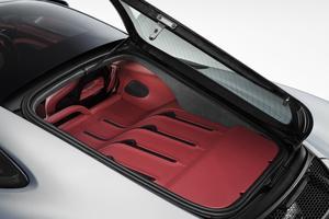 Un hayon vitré s'ouvre sur un coffre capitonné en cuir de 220 litres.