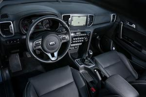 Console centrale orientée vers le conducteur, volant vertical, le Sportage joue la sportivité.