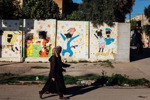 Signe encore visible de la présence de l'État islamique, des têtes de personnages de dessins animés peints sur les murs d'une crèche du quartier de Mouthanna sont toujours recouvertes par des carrés de peinture noire.