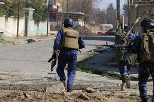 Des hommes de la police fédérale irakienne traquent les djihadistes dans al-Dawasa, un quartier commerçant de Mossoul-Ouest.