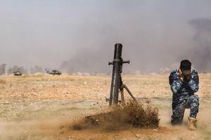 Tir de mortier des forces irakiennes, dimanche, vers les positions de Daech à Mossoul-Ouest.