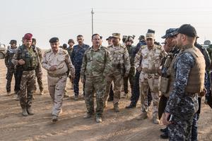 Le général Najim al-Jibourisupervise ses troupes, samedi, avant l'assaut sur Shura, un fief djihadiste près de Mossoul.