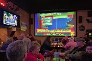 De nombreux démocrates étaient réunis au Hooligans Bar.