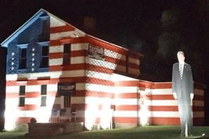 La maison aux couleurs du drapeau américain flanquée d'une gigantesque silhouette de Donald Trump, dans la campagne de l'État de Pennsylvanie.
