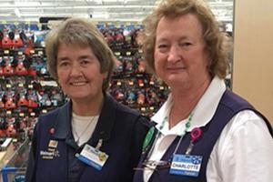 Charlotte Bartley, 72 ans, et son amie Cheryl, 67 ans, retraitées, dans le magasin Walmart de Middeltown où elles travaillent à temps partiel pour arrondir leurs fins de mois.