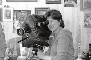 Chantal Akerman lors du tournage du documentaire <i>Grands-mères</i> (1980) <i>.</i>