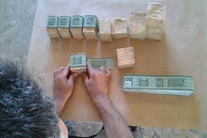 Les savons sont emballés dans une petite imprimerie familiale (Crédits: Al Bara)