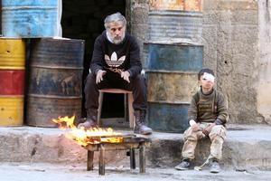 Un jeune garçon blessé aux côtés d'un homme, à Alep.