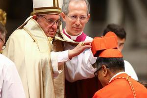 Le nouveau cardinal malaisien Anthony Soter Fernandez, agenouillé devant le pape.