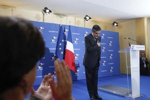 François Fillon accueilli sous les applaudissement de ses soutiens qu'il vient remercier pour l'avoir désigné candidat de la droite et du centre.
