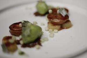 La «glace persil, banane, poivre noir, ravioli» servie au Grand Restaurant de Jean-François Piège.