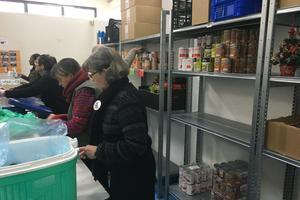 Les bénévoles assurent la distribution.