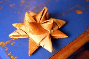 Étoile en écorce de bouleau confectionnée par Laura Hämäri.