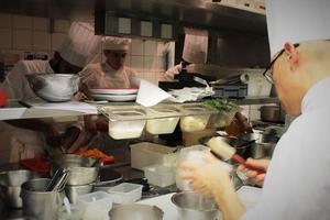 Julien Viollet, chef du 144, en cuisine avec ces cuisiniers et commis.